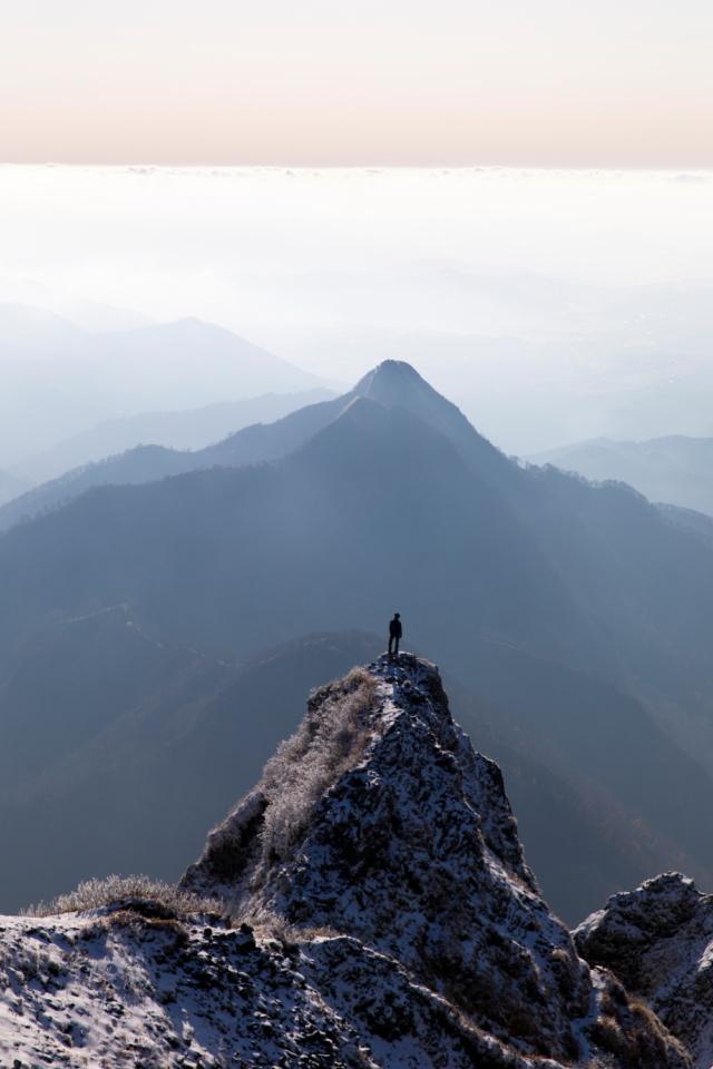 大山三ノ峰より烏ヶ山を望む